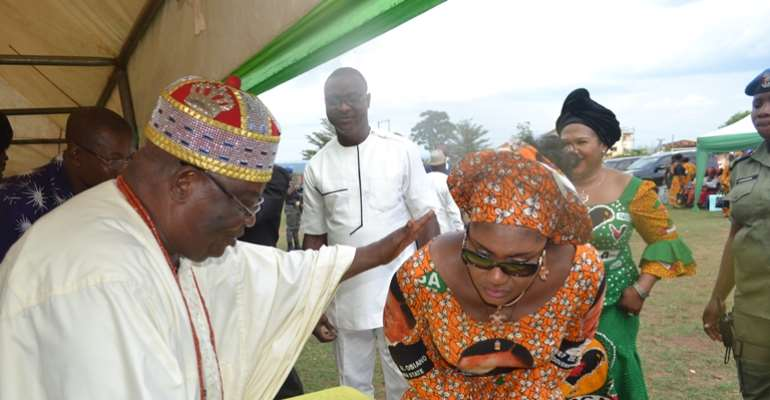 Wife of the governor of Anambra State, Chief (Mrs.) Ebelechukwu Obiano pays homage to Igwe Ukpor in Nnewi South Local Government Area, His Royal Majesty Dr. Sir Francis Oyinmadu JP, Nwajiaku VI during her visit by to the community recently.
