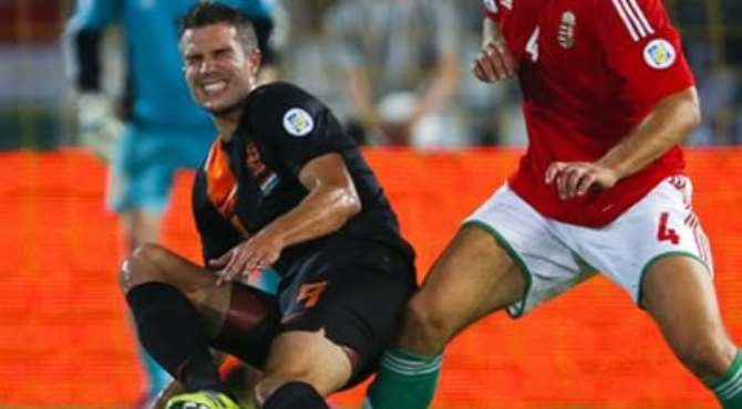 MANCHESTER UNITED STRIKER ROBIN VAN PERSIE WAS TAKEN OFF DURING THE NETHERLANDS' 4-1 WORLD CUP QUALIFYING WIN IN HUNGARY WITH A THIGH INJURY.