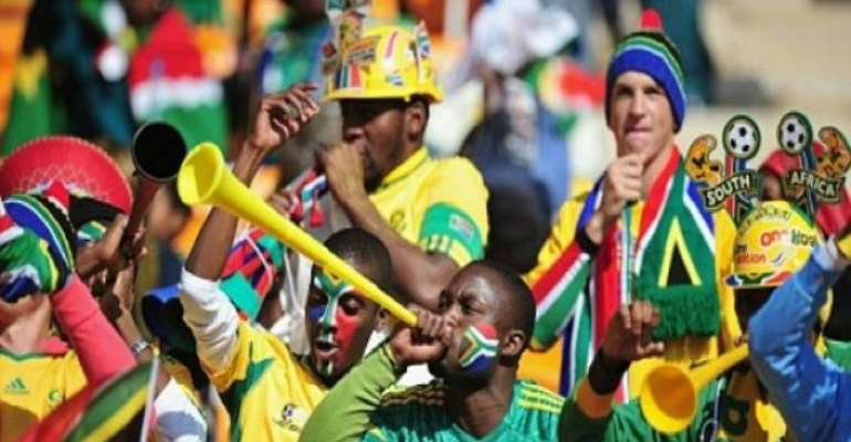 PHOTO: SOUTH AFRICAN SOCCER FANS BLOWING THE VUVUZELA.
