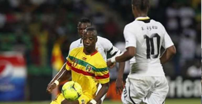 MALI'S SAMBA DIAKITE CHALLENGES GHANA'S DEDE AYEW (R) DURING THEIR AFRICAN NATIONS CUP GROUP D SOCCER MATCH IN FRANCEVILLE STADIUM JANUARY 28, 2012.