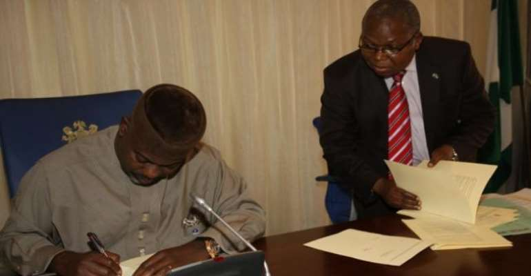 PHOTO:  CROSS RIVER STATE GOVERNOR, SENATOR LIYEL IMOKE SIGNING THE PUBLIC PRIVATE PARTNERSHIP (PPP) BILL 2010 INTO LAW TODAY, AUGUST 04, 2010.