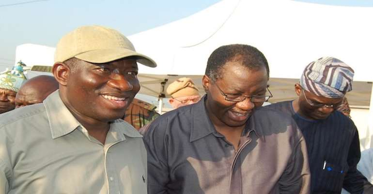 PHOTO L-R: PRESIDENT GOODLUCK JONATHAN; OGUN STATE GOVERNOR GBENGA DANIEL AND LAGOS STATE GOVERNOR BABATUNDE FASHOLA DURING THEIR INSPECTION OF FLOOD RAVAGED COMMUNITES IN BOTH STATES TODAY, OCTOBER 20, 2010.