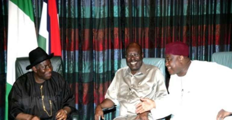 PHOTO: L-R: PRESIDENT GOODLUCK JONATHAN WITH MR. NOSA IGIEBOR, EDITOR IN CHIEF, TELL MAGAZINE AND MR. SAM NDA-ISAIAH, CHAIMAN/EDITOR IN CHIEF, LEADERSHIP NEWSPAPER, DURING THE LIVE MEDIA CHAT TODAY AT THE PRESIDENTIAL VILLA IN ABUJA. Image: STATE HOUSE.