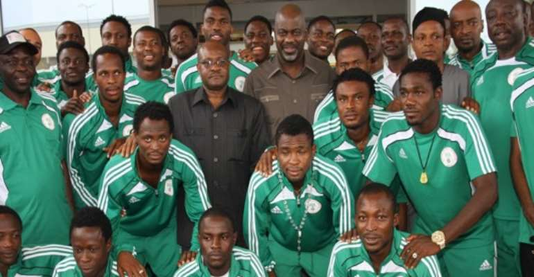 PHOTO: THE SUPER EAGLES TEAM IN A PHOTO SESSION WITH CROSS RIVER STATE GOVERNOR, LIYEL IMOKE AND AND DEPUTY, EFIOK COBHAM IN CALABAR WHEN THEY PLAYED THE BAREA OF MADAGASCAR IN AN AFRICAN NATIONS CUP QUALIFIER MATCH.