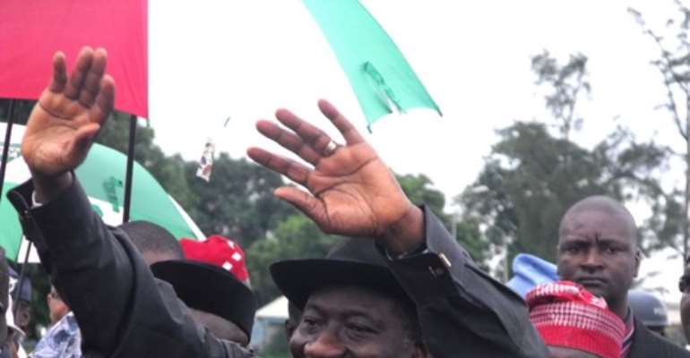 PHOTO: PRESIDENT GOODLUCK JONATHAN ACKNOWLEDGES GREETINGS FROM THE CROWD AT THE PRESIDENTIAL WING OF THE MURTALA MOHAMMED AIRPORT, IKEJA, DURING HIS OFFICIAL VISIT TO THE STATE TODAY, AUGUST 26, 2010.