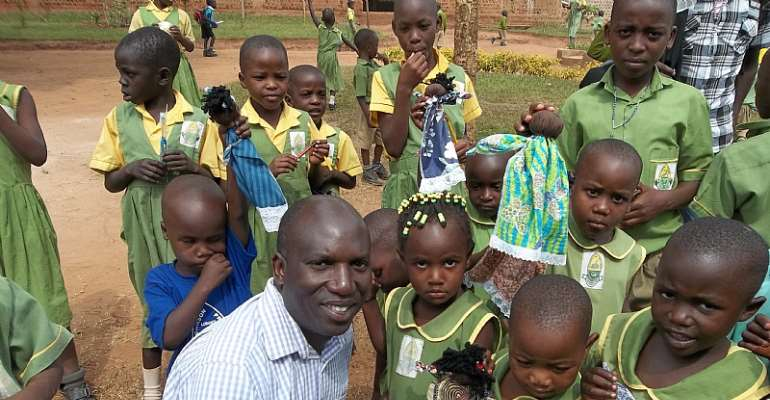David Ssejinja with the children of SC Foundation pose for a Group Photo