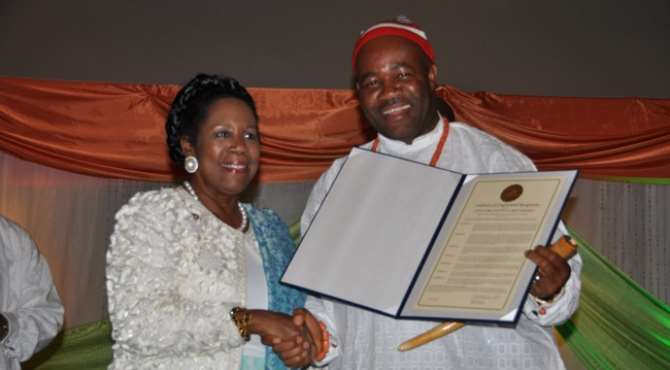 AKWA IBOM STATE GOVERNOR GODSWILL AKPABIO (R) WITH US CONGRESS WOMAN SHIELA LEE, WHO PRESENTED AKPABIO A CERTIFICATE IN RECOGNITION OF HIS EFFORTS IN THE TRANSFORMATION OF AKWA IBOM STATE, AT A CEREMONY IN HOUSTON TEXAS ON AUGUST 06, 2011.