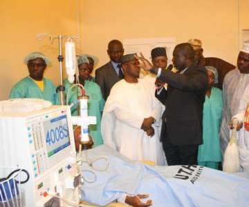 Managing Director, ADCEM Pharmaceuticals, Mr. Adeyemi Adewole, explaining the workings of equipment in the hospital&rsquo;s newly commissioned multi million naira Haemo-Dialysis Center  to the State Governor, Engr. Segun Oni, Director of the MTN Foundation, donor of the dialysis center, Prince Julius Adelusi-Adeluyi, MTN director, Mr.<br/>Gbenga Oyebode, Speaker of the State House of Assembly, Rt. Hon.<br/>Olatunji Odeyemi and the Ewi of Ado-Ekiti, Oba Rufus Adejugbe after the center was commissioned by the governor ...today<br/>