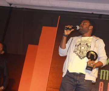NOLLYWOOD-MOVIE-AWARDS-2012-GABRIEL-AFOLAYAN-RECEIVING-HIS-AWARD