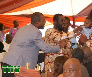 PRINCE TONYE PRINCEWILL EXCHANGING PLEASENTRIES WITH MEMBERS OF LATE PA OLAYINKA BAKARI''S FAMILY.