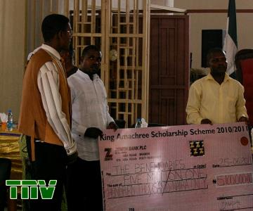 HRM KING T.J.T PRINCEWILL HANDING OVER THE CHEQUE TO REPRESENTATIVES OF THE BENEFICIARIES